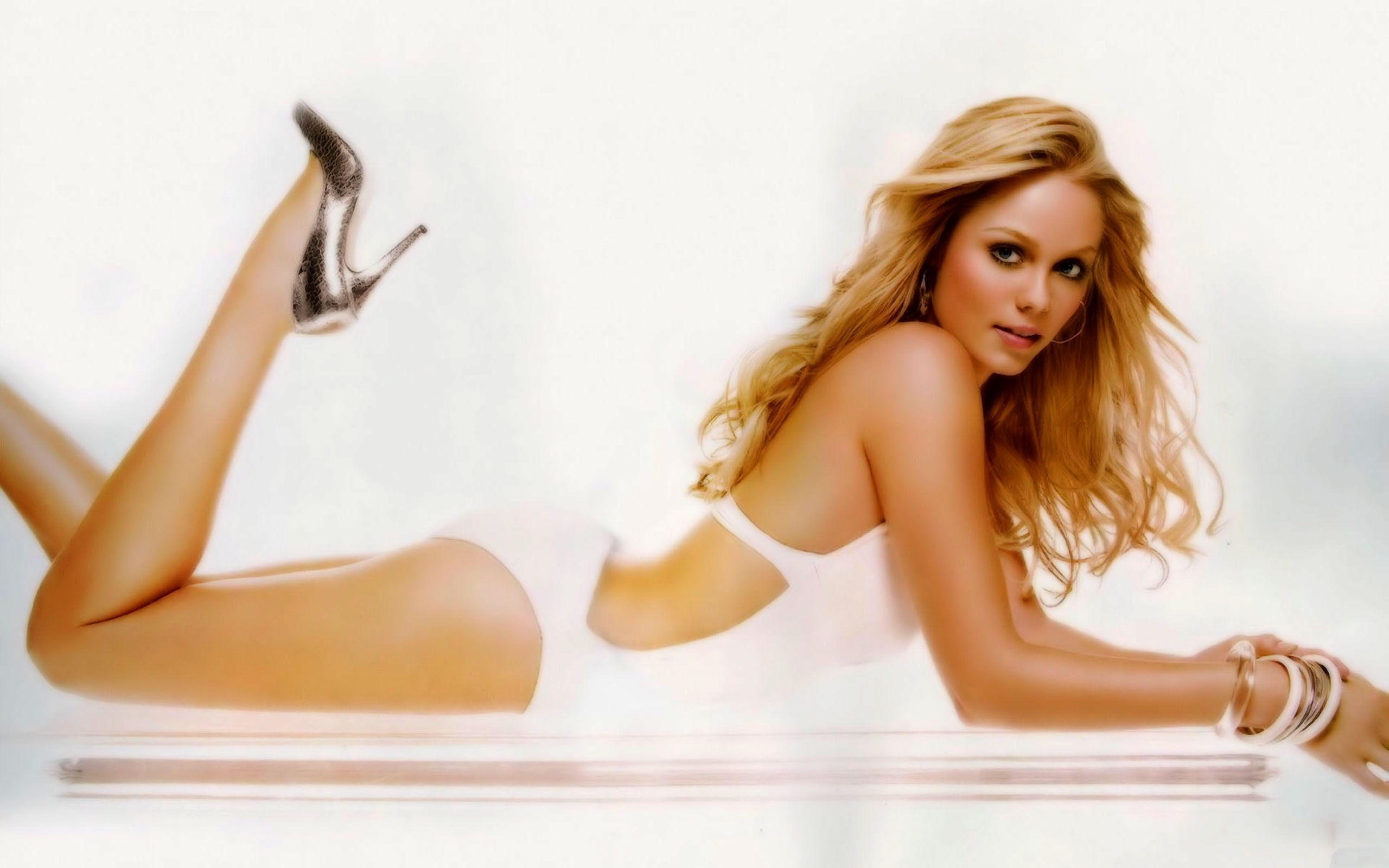 Laura-vandervoort Wallpapers | Desktop Wallpapers - Page 5